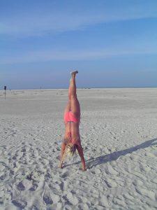 Handstandübungen am Strand